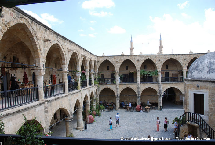 Nicosie - Agia Sophia : Autour de la cour pavée du Büyük Han, deux niveaux desservis par des galeries aux voûtes d'inspiration gothique - en arrière-plan, les deux minarets de la mosquée Selimiye (ex Sainte-Sophie) - Chypre