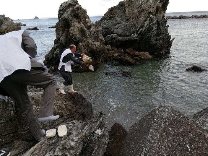 人形の入った俵を海に流す。