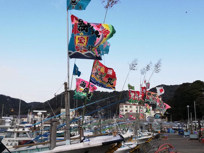 大漁旗と船