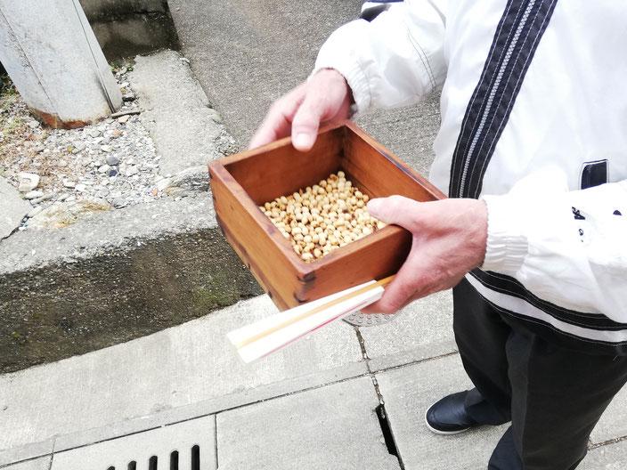 道端ておじさんを呼び止めて升に入った豆の写真を撮らせてもらいました。