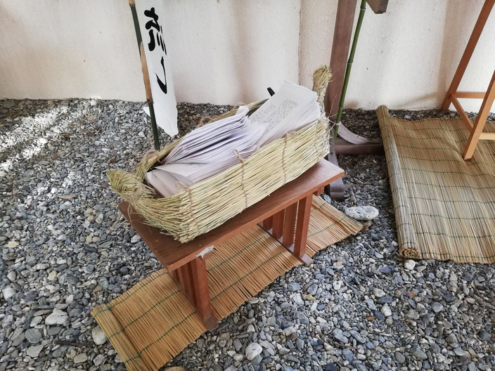 人形の入った藁舟