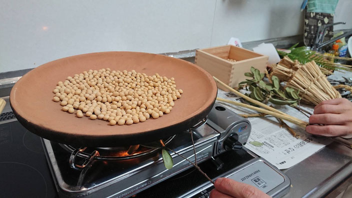 ほうろくで豆を炒るときにイマメガシの枝も炙る