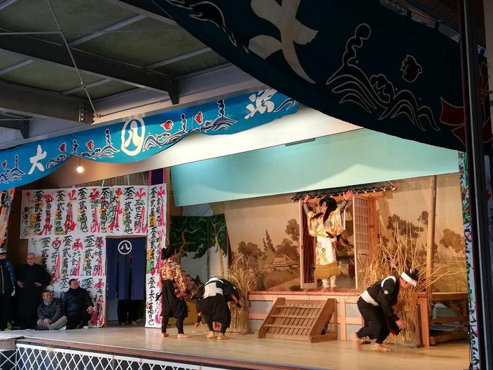 舞台で演じる文化保存会のメンバー