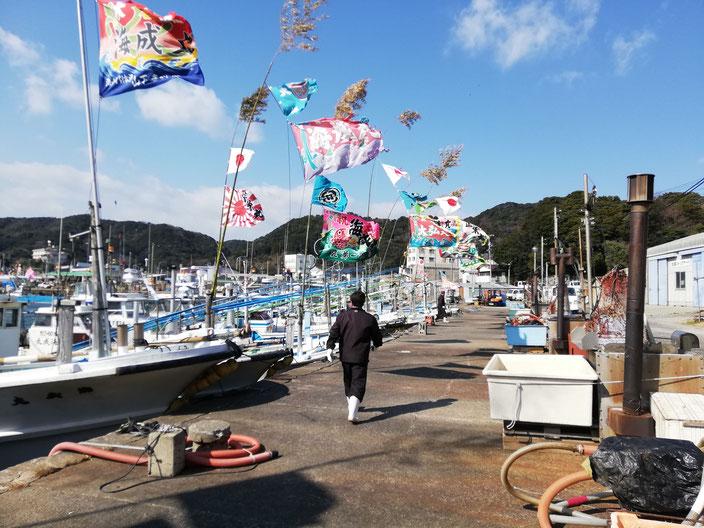 漁船と男性
