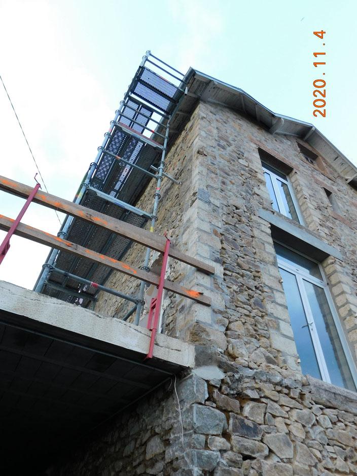 Mur à ouvrir : vu de l'extérieur, au niveau du rez-de-jardin - nécessité de renforcer les appuis à l'angle du bâtiment