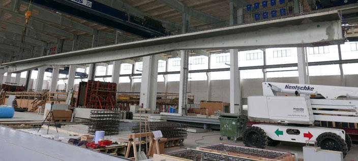 Halbfertigteilträger aus vorgespanntem Carbonbeton im Werk von Hentschke Bau GmbH