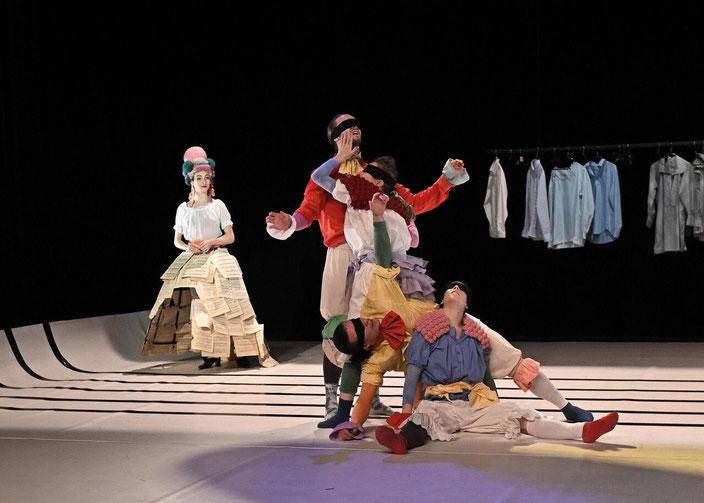 QUATUOR À CORPS POUR MOZART avec 2 danseuses, 2 danseurs et une chanteuse. Chorégraphie Émilie Lalande. Photo JC Carbonne