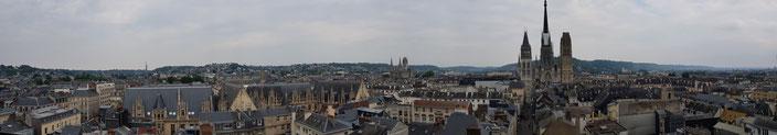 Vue panoramique depuis la tour du Gros-Horloge à Rouen : de gauche à droite, le Palais de Justice, l'église St Ouen, la cathédrale Notre-Dame, la colline Sainte Catherine