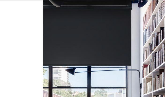 Рулонная штора с тканью чёрного цвета