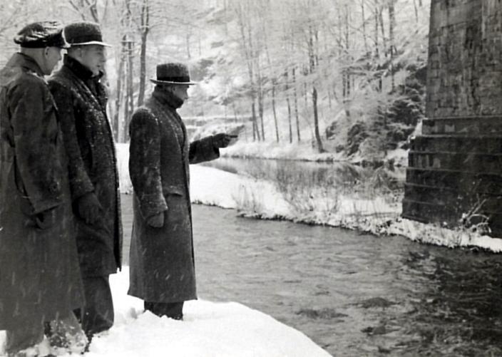 7 Die Kommision bei der Lagebesprechung an der Eisenbahnbrücke, dem Zeil der ersten Slalomveranstaltung. Von links nach rechts: Schebitz, Richter,
