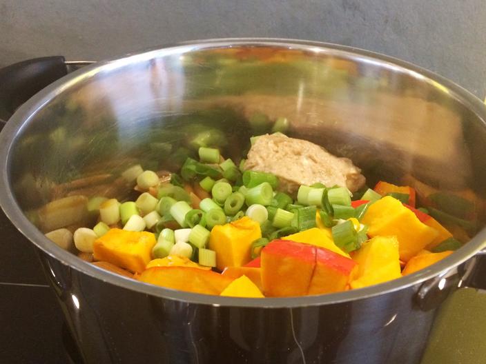 Rezept: One Pot Vollkorn-Kürbis Pasta in Erdnusssauce