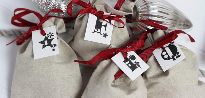 Einfach ausdrucken, zu Kärtchen falzen und anhängen: Zahlen für den Adventskalender. In der richtigen Reihenfolge ergeben sich die Worte: Fröhliche Weihnachten! Jetzt auf www.die-kleine-designerei.com