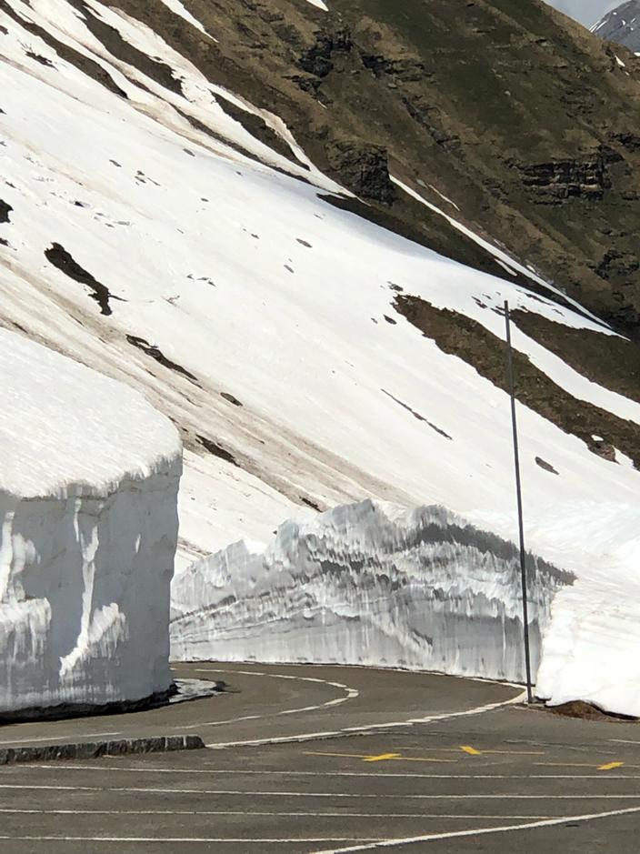 Eindrückliche Schneemauern, Mai 2018
