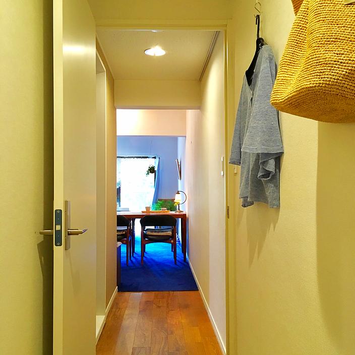 白い壁にライトが映えるせいか、廊下なのにここが家の中でいちばん明るい場所なんです。収納が少ないこともあり、壁に備え付けてあったピクチャーレールから吊り下げフックをたらし、わたしの私物掛け兼ディスプレイスペースにしてみました♪ 一日の中で最もよく使う細長~い部屋とも言え、思いがけずこのスペースは重宝しています。・・・日々の暮らしも、ちょっと先に光がある。そして、その光に到達するまでの過程もこの廊下のように清々しく照らされていると・・・気持ちよく日々を通過していけそうですね♪