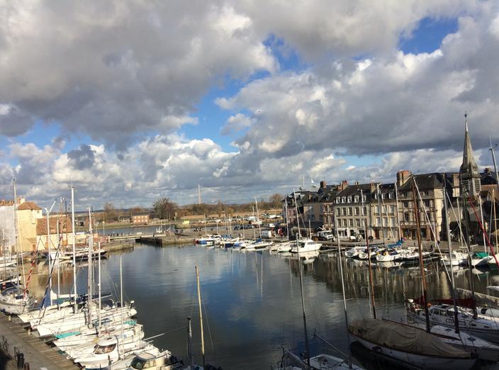 Le Vieux-Bassin à Honfleur et le reflet des nuages dans l'eau au milieu des bateaux