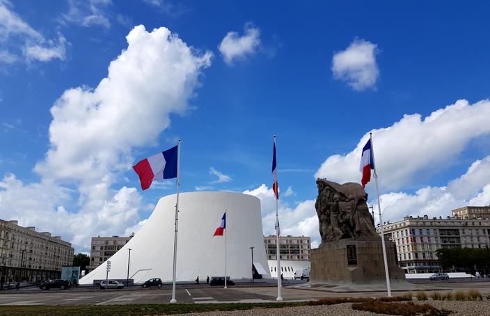 """La salle de spectacles appelée """"le Volcan"""", construit par Niemeyer, et le Monuments aux Morts - Le Havre"""