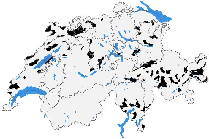 Die schwarzen Flächen zeigen die Gebiete, in denen die Akzeptanz und die Umweltbedingungen für den Wolf übereinstimmen.           © Gabriele Cozzi