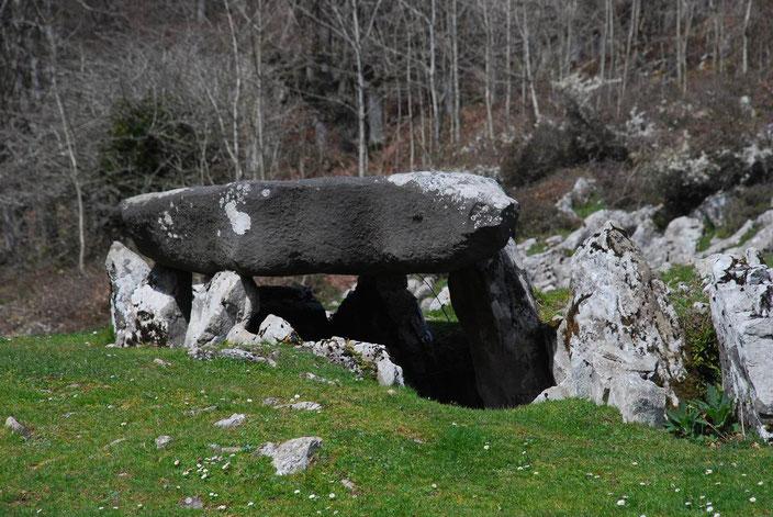 Dolmen de Jentillarri (Aralar). Según la tradición oral vasca, fue el lugar por el que los últimos gentiles (mairus) regresaron al Mundo Subterraneo en espera de un nuevo renacer.