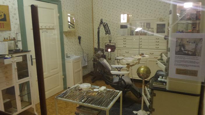 So hätte Dominiks Zahnarztbesuch in den 50er Jahren ausgesehen (Museum von Swakopmund)