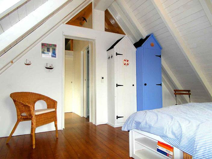 Ferienhaus Ambiente am Dümmer See - Schlafzimmer mit Schränken im Strandhaus Design