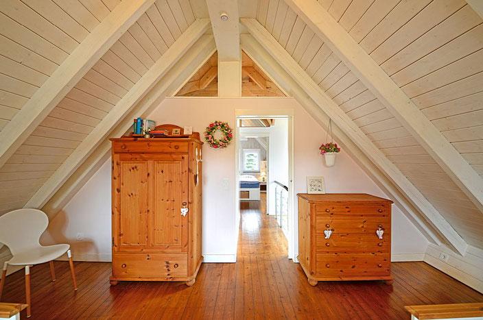 Ferienhaus AMbiente am Dümmer See - Das Rosenzimer - mit zwei Einzelbetten (zusammenschiebbar) und hochwertigen Naturholzmöbeln