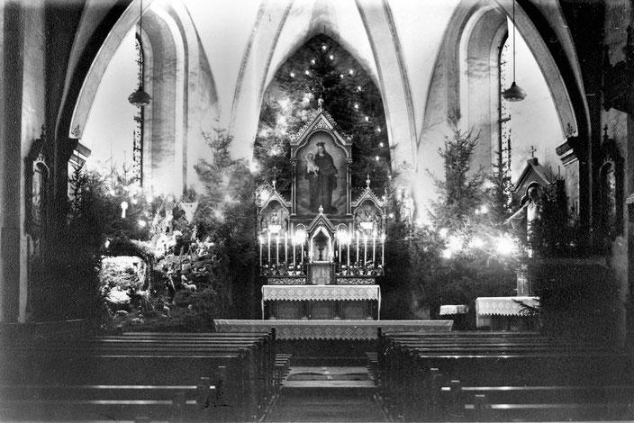 Weihnachten in der Pfarrkirche St. Peter u. Paul in Eslohe (Foto um 1950)