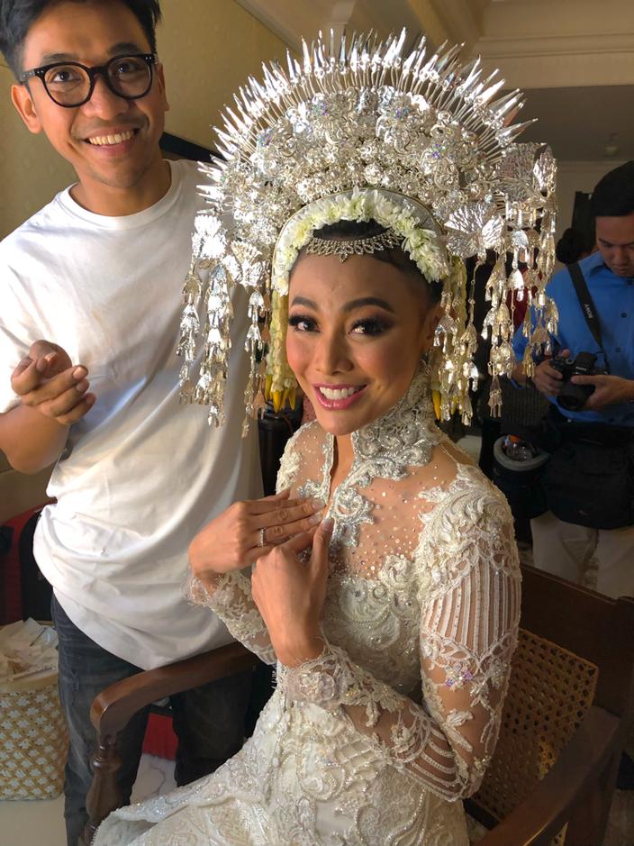 Whulan in der Maske. Der traditionelle Kopfschmuck aus Sumatra wurde ihr bereits aufgesetzt.