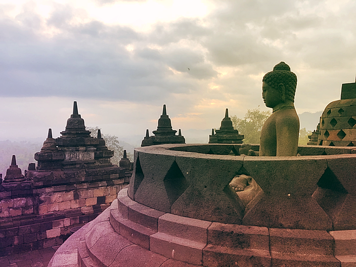 Der Borobudur Tempel bei Sonnenaufgang.
