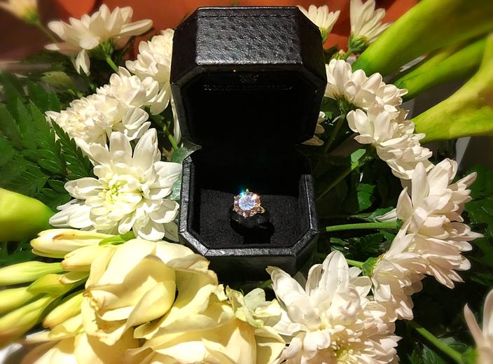 Der Ring, den wohl die meisten der westlichen Hemisphäre Angehörigen als Verlobungsring erkennen würden.