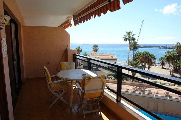 Großer Balkon mit Blick zum Pool und zum Strand