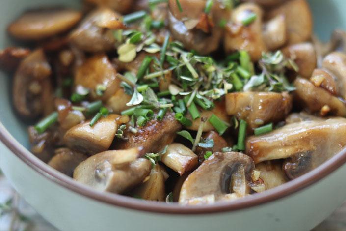 Champignons mit Kräutern und Knoblauch