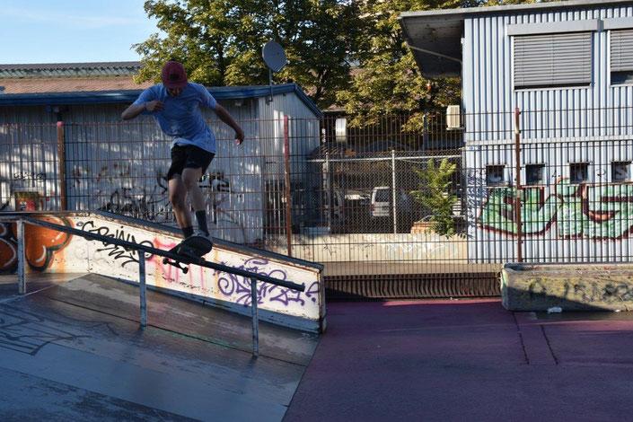 Skater Caryl im Purple Park auf einer Handrail