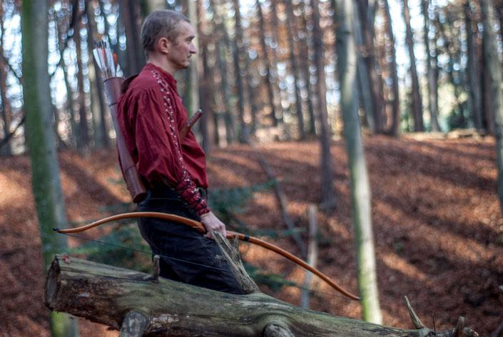 Gerhard Wiesler beim Bogenschießen im 3D-Parcours