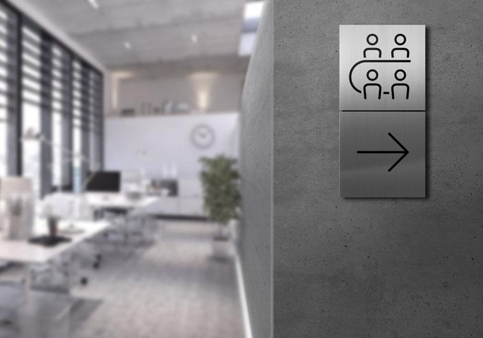 Piktogrammschilder aus Edelstahl: Anwendungsbeispiel im Treppenhaus für Konferenzraum und Richtungsanzeige