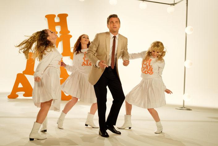 Once Upon A Time In Hollywood Szenenbild: Für beste Unterhaltung ist gesorgt. Rick Dalton (Leonardo DiCaprio) bei einem Werbespot.