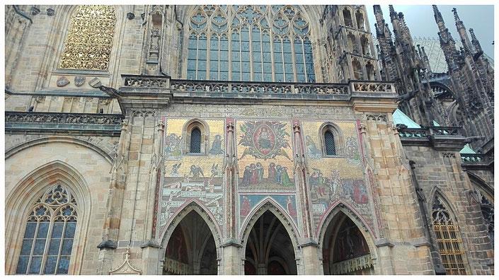 Die Außenverzierung des Dom St. Veit auf der Prager Burg, gold, Prag