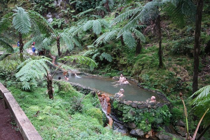 Schwimmen im warmen Thermalwasser mitten in der Natur