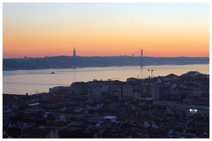 Aussicht vom Castelo de Sao Jorge auf die Ponte 25 de Abril bei Sonnenuntergang Lissabon