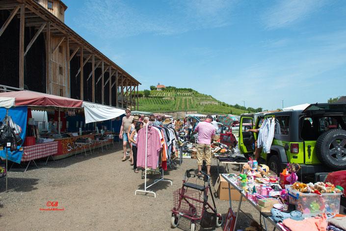 Flohmarkt in Bad Dürkheim hinter der Saline. Im Hintergrund die Michaeliskapelle.