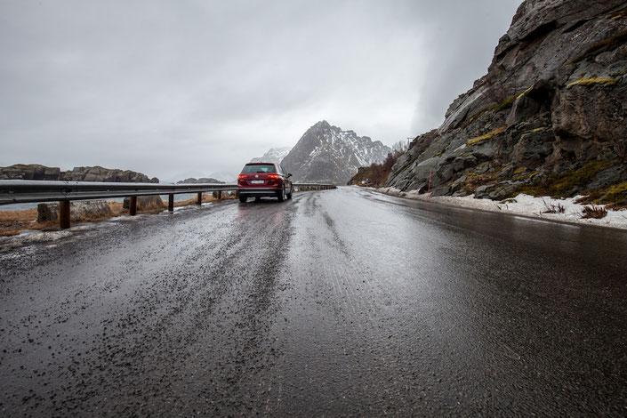 Mit dem Auto unterwegs auf den Lofoten