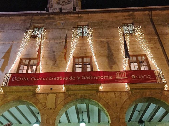 El consistorio colgó la pancarta de reconocimiento de la cocina dianense por parte de la Unesco