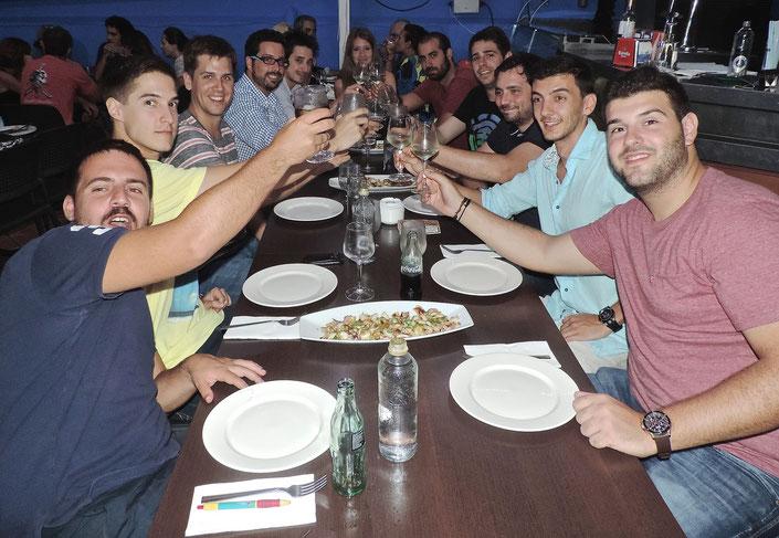 Un grupo de amigos de Valencia, Vizcaya y Albacete brindan en El Marino Rotes.