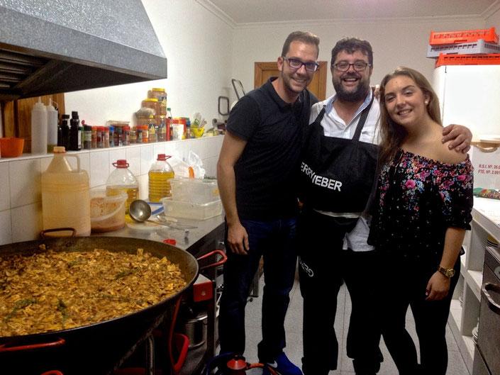Bati Bordes junto al gazpacho marinero, el Presidente y la Fallera Mayor del distrito Centro de Dénia.