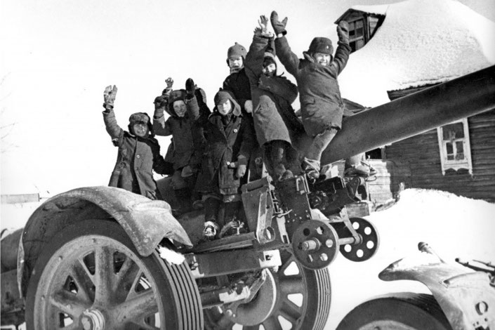 Советские дети на брошенной 210-мм тяжелой мортире образца 1918 года (21 cm Mrs. 18) после разгрома немецких войск под Москвой