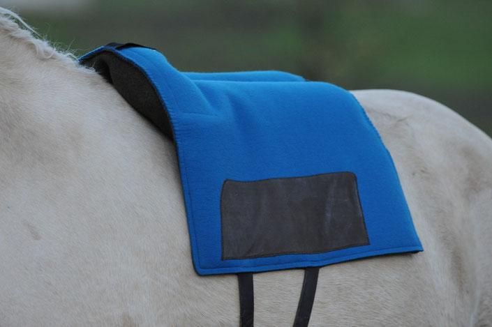 Das MariK-Pad zeichnet sich durch den freien Wirbelkanal und den individuell angepassten Widerristbereich aus. Beides sind Besonderheiten in Kombination mit einem Reitpad und bietet Vorteile für Pferd und Reiter.