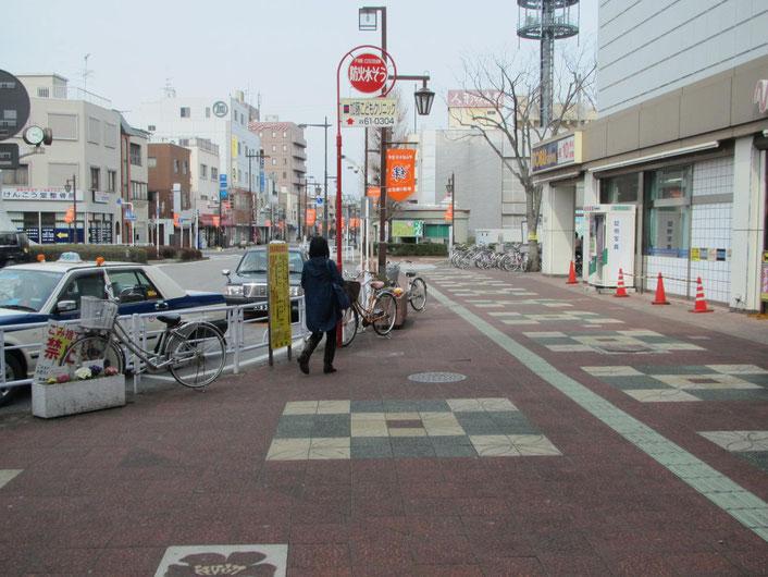 東武マインというスーパーを右に見ながら直進します