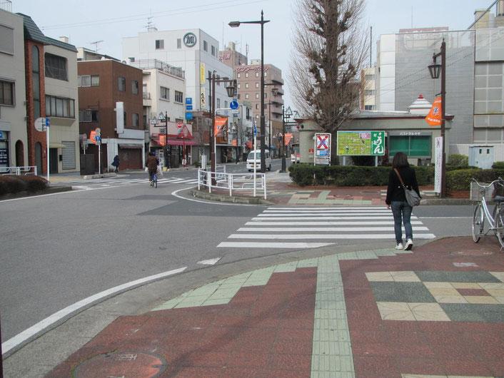 横断歩道を渡って、そのまま真っ直ぐ進んでください