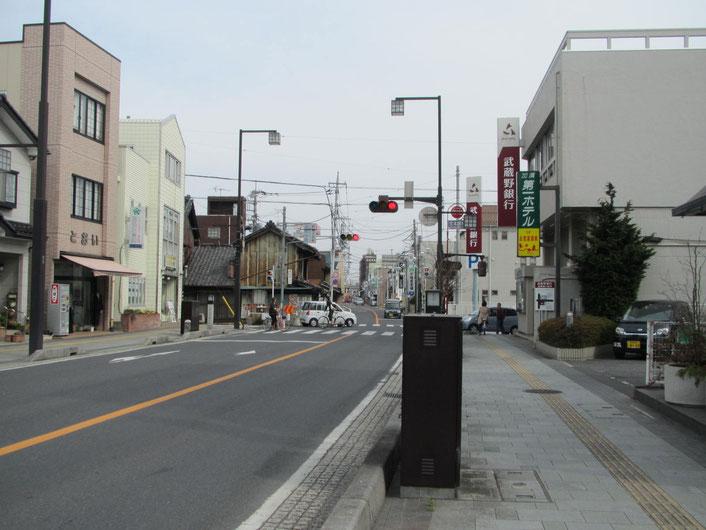 武蔵野銀行が見えてきたら、もうすぐ。道路を挟んで反対側が治療院です。