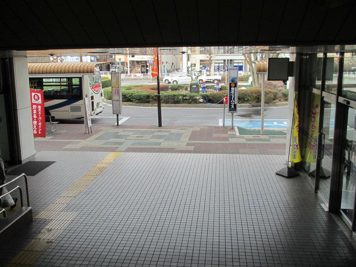 外に出たら右へ 東武マインというスーパー沿いに歩いてください