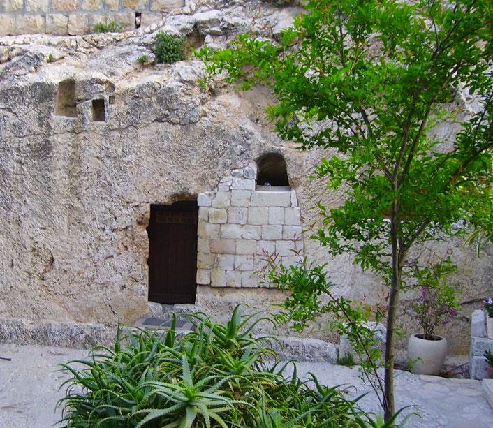 He is not here - for he is risen!  - Er ist nicht hier - denn er ist auferstanden!